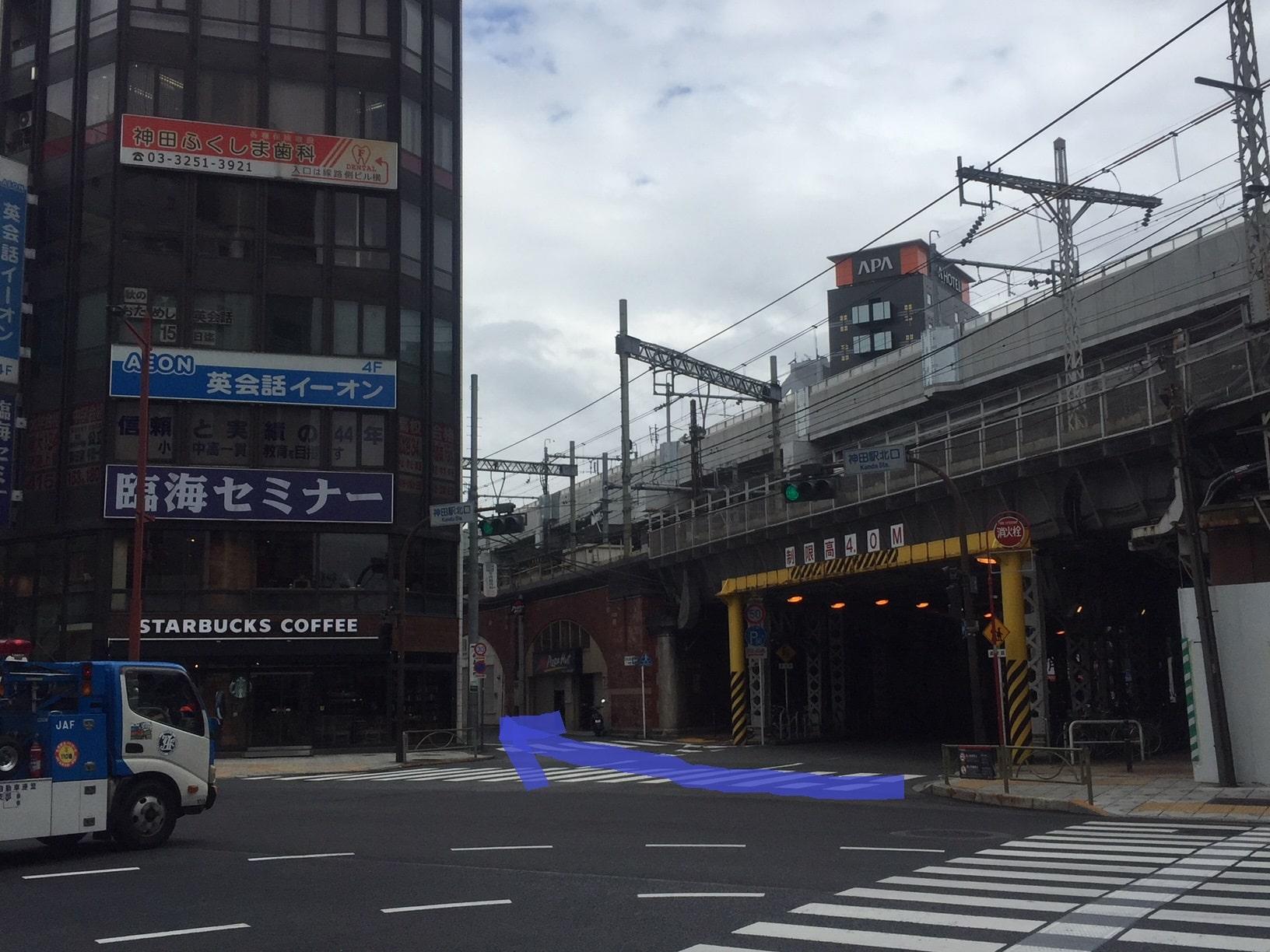 横断歩道を渡り